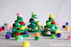 Kerst - Knutselen met kinderen -Kerstboom - Make these cute pipe cleaner Christmas trees to hang on your tree, make a garland or use as a stand alone decoration.