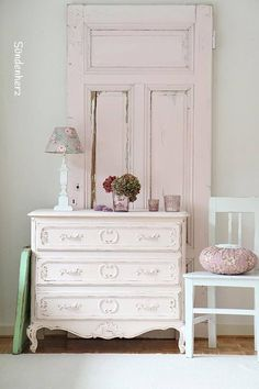 love the door behind the dresser
