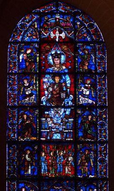 Cathédrale de Chartres : Notre-Dame de la Belle-Verrière. Les trois panneaux de la Vierge datent de 1180 et ont survécu à l'incendie qui a détruit en grande partie la cathédrale en 1194. Les autres panneaux datent du début XIIIe.