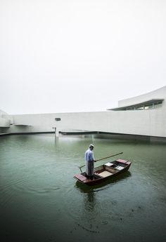L'immeuble sur l'eau / Álvaro Siza + Carlos Castanheira (Chine) Ce bâtiment inauguré en août 2014 a été construit par le célèbre architecte portugais Álvaro Siza (prix Pritzker en 1992) sur l'eau du parc industriel de l'entreprise Shihlien Chemical dans la province de Jiangsu en Chine.