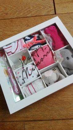 Van een theedoos of doos met vakjes (Action) een kraamcadeau maken. Elk vakje vullen met een presentje. Op de deksel de naam van het kindje en een tekst (met krasletters of letter stickers)