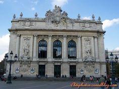 Opéra de Lille.En 1903 un incendie ravage l'opéra de Lille. La ville organise un concours pour reconstruire un nouvel opéra. C'est le projet de l'architecte louis marie Cordonnier qui est choisi. Très inspiré de l'opéra Garnier et des théâtres à l'italienne la construction commence en 1903 et après bien des méandres dont la première guerre mondiale , l'occupation allemande  et le pillage deson mobilier par l'occupant. L'opéra Lillois ouvre ses portes pour sa première française en 1923.