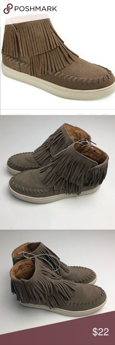 Mossimo Womens Lyra Moccasin Sneakers Size 8.5 Never Worn However do have some shelf wear to bottom/side soles as well as misshaping from being stored without a box .  Inside label has been marked through to prevent store returns.  Women's size 8.5 man made and leather materials .  Many people of my items are overstock or display items at discount prices . Take a look! Mossimo Supply Co. Shoes Moccasins