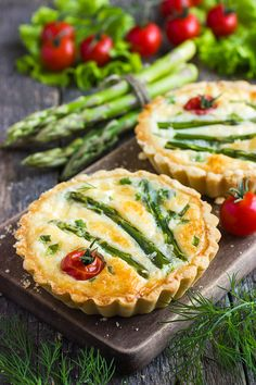 Favorito Simple and deliciously easy Asparagus and Cheese Mini Tarts are a favorite for me this year.Deliciously Easy Asparagus and Cheese Leer más Tart Recipes, Brunch Recipes, Appetizer Recipes, Breakfast Recipes, Cooking Recipes, Mini Quiche Recipes, Cheese Appetizers, Mini Tart Shells, Asparagus Tart