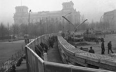 Tapumes foram colocados para esconder o trabalho de tropas da Alemanha Oriental an construção do Muro de Berlim perto do Portão de Brandemburgo, em foto de novembro de 1961