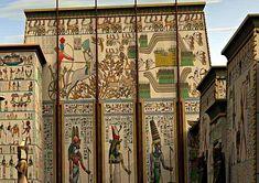Как известно, стиль европейского классицизма появился, как копирование и творческая переработка архитектурных стилей древних времён. В первую очередь Древняя Греция и Рим. Но частично и Древний Египет. Однако сами жители этих древних времён очень удивились бы, увидев европейские здания в стиле…