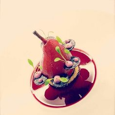 Pear Poached in Berry juice, Madagascar vanille ice-cream, perfum of violets Pear Dessert, Bon Dessert, Dessert Presentation, Decoration Patisserie, Berry Juice, Poached Pears, Pastry Art, Molecular Gastronomy, Plated Desserts
