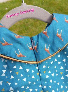Sunny Sewing: Gek op dieren: een giraffenjurk gemaakt met het paneel van Bambiblauw en het patroon van de droomfabriek. Blinde rits en paspel langs de Peter pan kraag en de zoom