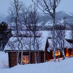 Å glede! Vi leste akkurat at nå kommer snøen Vel å merke må vi nok til fjells, men vi nyter gjerne et syn som dette til helgen! #vakrehjemoginterior #vakrehjemoginteriør #vinter #vinterstemning #hytte #inspirasjon #arkivfoto Anne Manglerud #tbt #trollbu