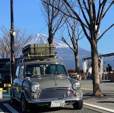 Mini Cooper Classic, Classic Mini, Classic Cars, Mini Morris, Cooper Car, Chasing Cars, Smart Fortwo, Cars And Coffee, Small Cars