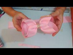Aprenda a fazer esse lindo laço boutique feito com fitas numero 12. Ribbon Headbands, Ribbon Hair Bows, Diy Hair Bows, Diy Ribbon, Ribbon Crafts, Quilting Designs, Embroidery Designs, Hand Embroidery Videos, Beaded Crafts