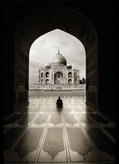 India, el Palacio de Corona..Taj Mahal,  es un complejo de edificios construido entre 1631 y 1654 en la ciudad de Agra, estado de Uttar Pradesh, India, a orillas del río Yamuna, por el emperador musulmán Shah Jahan de la dinastía mogola. El imponente conjunto se erigió en honor de su esposa favorita, Arjumand Bano Begum —más conocida como Mumtaz Mahal— que murió en el parto de su decimocuarta hija.