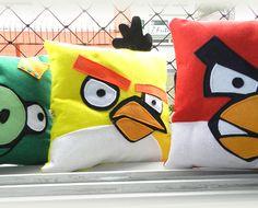 Trio de Almofadas Angry Birds R$135,75 trio de almofadas angry birds, feitas em feltro.kit com vermelha, amarela, e porco verde.Tamanho aprox 28x28novo sem uso