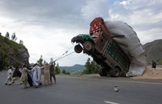 2012 In Pictures Pakistan A group of men in the Malakand district, northwest of Islamabad, use rope to right a supply truck overloaded with straw (MIAN KHURSHEED/REUTERS) Pictures Of The Week, Cool Pictures, Cool Photos, Pakistan Funny, Funny Memes, Hilarious, Top Funny, Funny Videos, Born To Run