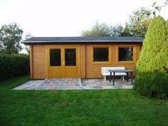 Ein praktisches Gartenhaus mit Holzunterstand http://www.blockhaus-24.de/gartenhaus-mit-holzunterstand/