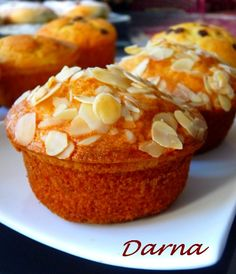 je vous mets aujourd'hui la recette de mini cake à l'orange ,legers et molleux,idéal pour le gouter ou le petit déjeuner.. -150 g de farine - 100 gr de sucre - 2 œufs - 75 ml d'huile - 75 ml de jus d'orange - 1 sachet de levure chimique - 1 sachet de...