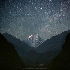 Nilgiri Sur (6839 m). Nepal, el Himalaya, Área de Conservación de Annapurna, vista del río Kali Gandaki y Nilgiri Sur (6839 m), salida de la luna