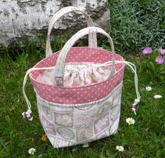Tuto couture : petit panier romantique , en suivant son pas à pas en images , facile à coudre - Quilted Gifts, Quilted Bag, Sewing Online, Couture Sewing, Bag Patterns To Sew, Fabric Bags, Handmade Bags, Bag Making, Purses And Bags