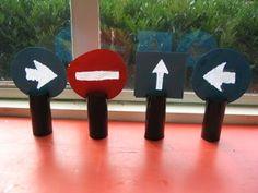 Verkeersborden hangen in de klas: de juiste weg volgen