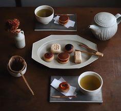 私に還るカフェ時間。インテリアに合わせて珈琲やお茶の道具を選ぶ楽しみ Japanese Sweets, Japanese Food, Vegetarian Dim Sum, Japan Dessert, Tea Art, Cake Shop, Tea Cakes, Confectionery, Food Presentation