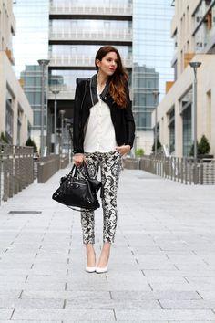 corso como | milano | outfit | look | fashion blogger | fashion blog | pantaloni stampa | stampa barocca | bianco nero | giacca nera | camicia bianca | modella | porta nuova milano | milano moda | zeppe bianche | decollete bianche | scarpe bianche  1