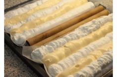 Lahodné řezy kardinál s marmeládou. Puff Pastry Dough, Pavlova, Graham Crackers, Rolling Pin, Hot Dog Buns, Sweet Recipes, Sweet Tooth, Rolls, Food And Drink
