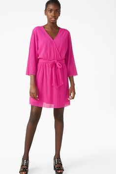 <p>Yes, pleats. All over this lined, lovely wrap front dress with a sash. Semi-sheer sleeves.</p><p>In a size small the waist width is 69 cm.</p> <P>The mod