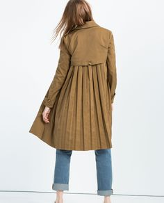 zara pleated back trench coat Raincoats For Women, Outerwear Women, Jackets For Women, Mode Outfits, Fashion Outfits, Raincoat Outfit, Rain Jacket Women, Sporty Chic, Outfits