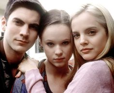 Thora Birch, Mena Suvari and Wes Bentley in American Beauty, incredible yet entirely odd film! George Clooney, Lewis Carroll, Movies Showing, Movies And Tv Shows, Lou Le Film, I Love Cinema, Mena Suvari, Sam Mendes, Nostalgia