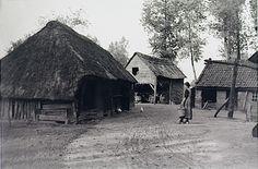 Best, Boerderij in het buitengebied. Boerin loopt met melkemmer over het erf Auteur: Kerkhof, Andries Wilhelmus van de - 1930 - 1940 #NoordBrabant