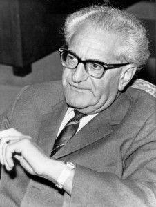 Fritz Bauer, Sohn jüdischer Eltern, wurde am 16. Juli 1903 in Stuttgart geboren und war 1930, nach seinem rechtswissenschaftlichen Studium, der jüngste Amtsrichter des Deutschen Reichs. Von früh an war Fritz Bauer politisch aktiv. Er war Mitgründer des Republikanischen Richterbundes in Württemberg.