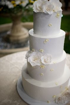 Elegant and classy wedding cake at the destination wedding in Portugal For more information info@destinationweddingsinportugal.com #destinationweddingsinportugal #weddingportugal #destinationweddings #weddingvenues