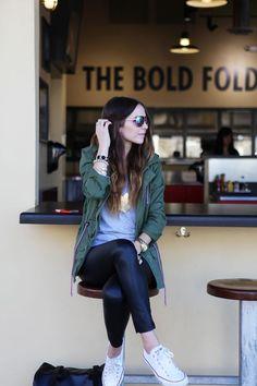 Su simpleza las lleva a ser una tendencia it de la temporada! Como vimos en las temporadas anteriores, las zapatillas son un must en el placar de toda mujer.