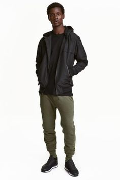 バイカージョガーパンツ: スウェット素材のジョガーパンツ。ドローストリング入りのゴムウエスト。サイドポケットとバックポケット付き。レッグ部分に飾りステッチとキルティングの切り替えが施されています。裾にリブ付き。ソフトな裏起毛。