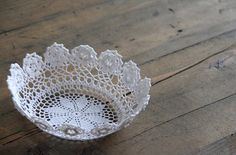 DIY Lace Doily Bowl - fabric stiffener or glue and flour mix Diy Lace Doily Bowl, Lace Doilies, Crochet Doilies, Crochet Lace, Doily Art, Diy Vide Poche, Fabric Stiffener, Homemade Mothers Day Gifts, Doilies Crafts