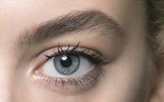 Bei Mascara & Co. fangen deine Augen sofort an zu brennen und zu tränen? Wir haben die besten Tipps, wie du selbst bei sensiblen Augen Make-up tragen kannst.