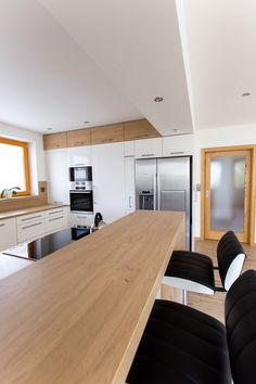 Bílá kuchyně s americkou lednicí   Barbora Grünwaldová Kitchen Room Design, Kitchen Cabinet Design, Kitchen Cabinets, Living Room Interior, Kitchen Interior, Bunk Bed Rooms, Small Apartment Kitchen, My Ideal Home, Inspiration