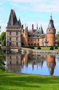 Chateau de Maintenon ~ Eure-et-Loire, France Beautiful Castles, Beautiful Buildings, Beautiful Places, Beautiful Pictures, Beautiful Architecture, Castle Ruins, Castle House, Medieval Castle, Chateau De Maintenon