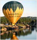 Ballon montgolfiere au dessus des chateaux du perigord et de la dordogne en france
