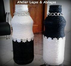 Duas garrafinhas decoradas com barbante. <br>Artesanato sustentável: Garrafas de vidro recicladas, devidamente higienizadas. <br>Fazemos na cor que desejar. <br>Produto feito a mão.