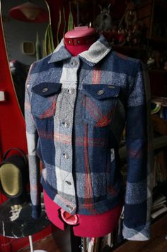 woolen plaid jacket 2 chest pockets + 2 pockets lining 57 % wool , 19% polyamide , 17% polyester , 7% acrylic brand : MNG  ✄ size on tag M