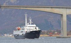 MS Lofoten seiler under Sortlandsbrua.