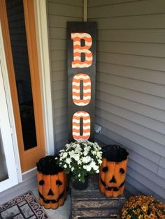 Halloween Front Porch Decorations 2017 - - It's time to celebrate the Holidays. The odds are that you also love decorating your house inside and out. Halloween is a big part of American culture, and definitely a fun time that several …. Diy Halloween Party, Fröhliches Halloween, Adornos Halloween, Halloween Porch Decorations, Halloween Disfraces, Outdoor Halloween, Holidays Halloween, Wooden Halloween Signs, Halloween Wood Crafts