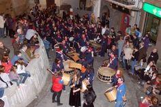 Desfile de tambores y bombos de una de las localidades participantes en las XXVI Jornadas en Albalate del Arzobispo