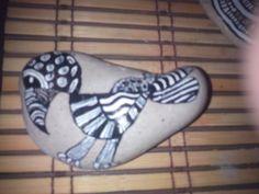 Pájaro pintado en piedra