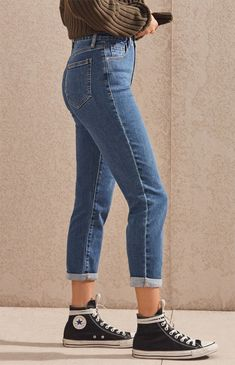 PacSun helps you stay ahead of the trend in their retro-inspired Mum Blue Mom Jeans. Made from a stretch denim fabric, these mom jeans are complete with a high-rise fit and a classic medium blue wash. Converse Outfits, Sneaker Outfits, Tomboy Outfits, Jean Outfits, Casual Outfits, Cute Outfits, Fashion Outfits, Pacsun Outfits, Converse Sneaker