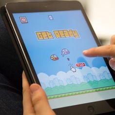 Um joguinho tão simples quanto difícil e com design inspirado no cenário do Super Mario tem chamado bastante atenção no mundo dos aplicativos móveis. É o Flappy Bird, que estourou há não muito tempo e segundo seu desenvolvedor, está rendendo cerca de US$ 50 mil por dia, graças à publicidade.