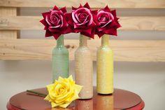 Vaso de garrafa de vinho decorado com paetê de cores variadas. Valor referente a 1 unidade de vaso + 1 flor. Ao comprar confirme a cor desejada. Lindo objeto sustentável que dá mais estilo aos ambientes.