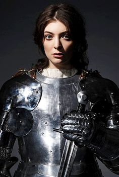 Lorde photographed by Perou for The Guardian. Female Armor, Female Knight, Inspiration Drawing, Character Inspiration, Medieval Armor, Medieval Fantasy, Lorde, Armadura Medieval, Templer