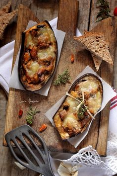 Eggplant stuffed with sardines Sardine Recipes, Eggplant Recipes, Sardinia, Fish And Seafood, Food Inspiration, Easy Meals, Food And Drink, Lunch, Cheese